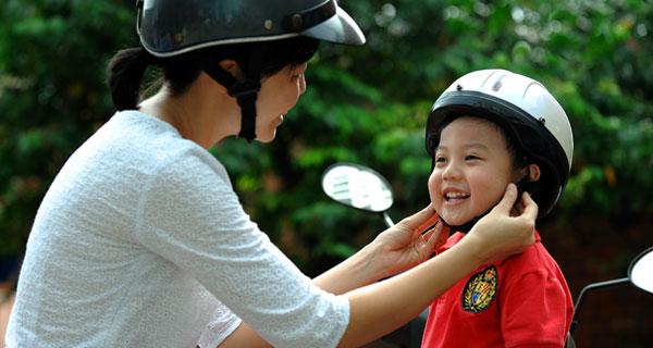 Đội mũ bảo hiểm là cách thể hiện sự quan tâm, yêu thương của bạn dành cho con.